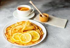 Τρόφιμα, επιδόρπιο, ζύμες, τηγανίτα, πίτα Νόστιμες όμορφες τηγανίτες με την μπανάνα και το μέλι στοκ εικόνα με δικαίωμα ελεύθερης χρήσης