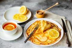 Τρόφιμα, επιδόρπιο, ζύμες, τηγανίτα, πίτα Νόστιμες όμορφες τηγανίτες με την μπανάνα και το μέλι στοκ εικόνες με δικαίωμα ελεύθερης χρήσης