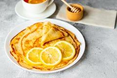Τρόφιμα, επιδόρπιο, ζύμες, τηγανίτα, πίτα Νόστιμες όμορφες τηγανίτες με την μπανάνα και το μέλι στοκ φωτογραφίες με δικαίωμα ελεύθερης χρήσης