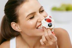 Τρόφιμα επιδόρπιο που τρώει τη γλ&u στοκ εικόνες