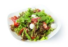 Τρόφιμα εστιατορίων που απομονώνονται - σαλάτα με το ζαμπόν jamon και τη μοτσαρέλα Στοκ Εικόνες