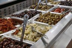Τρόφιμα ελιών στην αγορά Στοκ Φωτογραφία
