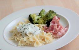 Τρόφιμα ζυμαρικών Ζυμαρικά με τη σάλτσα τυριών παρμεζάνας, το μπρόκολο και το ψημένο μπέϊκον στοκ φωτογραφία με δικαίωμα ελεύθερης χρήσης