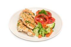 Τρόφιμα διατροφής, καθαρή κατανάλωση, μπριζόλα κοτόπουλου με τα ψημένα στη σχάρα λαχανικά Στοκ Εικόνες