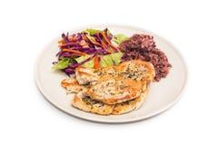 Τρόφιμα διατροφής, καθαρή κατανάλωση, μπριζόλα κοτόπουλου με το καφετί ρύζι και σαλάτα Στοκ εικόνα με δικαίωμα ελεύθερης χρήσης