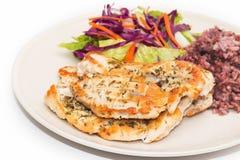 Τρόφιμα διατροφής, καθαρή κατανάλωση, μπριζόλα κοτόπουλου με το καφετί ρύζι και σαλάτα Στοκ φωτογραφίες με δικαίωμα ελεύθερης χρήσης