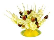 Τρόφιμα διατροφής πεπονιών ραβδιών scewers μπανανών σταφυλιών φρούτων Στοκ φωτογραφία με δικαίωμα ελεύθερης χρήσης