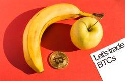 Τρόφιμα και έννοια χρηματοδότησης με μέρος του εγγράφου με το κείμενο Στοκ Φωτογραφίες