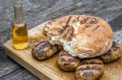 Τρόφιμα και οινόπνευμα στον ξύλινο πίνακα Στοκ φωτογραφία με δικαίωμα ελεύθερης χρήσης