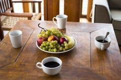 Τρόφιμα και ποτό προγευμάτων στο ξενοδοχείο καλοκαιρινών διακοπών στοκ φωτογραφία