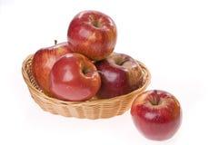 τρόφιμα καλαθιών μήλων Στοκ Εικόνες