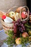 τρόφιμα καλαθιών Στοκ εικόνα με δικαίωμα ελεύθερης χρήσης