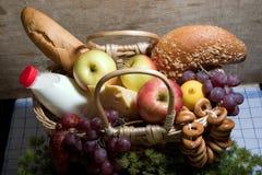 τρόφιμα καλαθιών Στοκ εικόνες με δικαίωμα ελεύθερης χρήσης