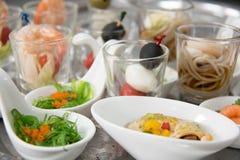 Τρόφιμα κοκτέιλ τομέα εστιάσεως κόμματος σε ένα μίνι πιάτο Στοκ Εικόνα