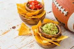 Τρόφιμα κομμάτων ποδοσφαίρου, έξοχη ημέρα κύπελλων, salsa nachos guacamole στοκ εικόνες