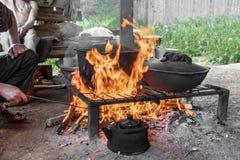 Τρόφιμα μαγείρων στο κάψιμο της πυράς προσκόπων μαγειρεύοντας πυρκαγιά & Υπαίθριο μαγείρεμα τρόφιμα υπαίθρια Στοκ Εικόνες