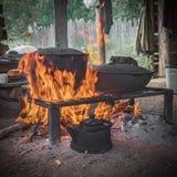 Τρόφιμα μαγείρων στο κάψιμο της πυράς προσκόπων μαγειρεύοντας πυρκαγιά & Υπαίθριο μαγείρεμα τρόφιμα υπαίθρια Στοκ εικόνες με δικαίωμα ελεύθερης χρήσης