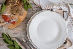 τρόφιμα μπουλεττών ανασκόπησης πολύ κρέας πολύ Το κενό πιάτο, μαχαιροπήρουνα, chorizo λουκάνικο, πασπαλίζει με ψίχουλα Στοκ φωτογραφία με δικαίωμα ελεύθερης χρήσης