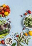 τρόφιμα μπουλεττών ανασκόπησης πολύ κρέας πολύ Κατάταξη των φρέσκων λαχανικών σε ένα μπλε υπόβαθρο Τοπ όψη Στοκ εικόνα με δικαίωμα ελεύθερης χρήσης