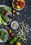 τρόφιμα μπουλεττών ανασκόπησης πολύ κρέας πολύ Κατάταξη των φρέσκων λαχανικών σε ένα σκοτεινό υπόβαθρο Τοπ όψη Στοκ Εικόνες