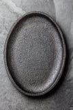 τρόφιμα μπουλεττών ανασκόπησης πολύ κρέας πολύ Κενό μαύρο πιάτο χυτοσιδήρου στοκ φωτογραφία