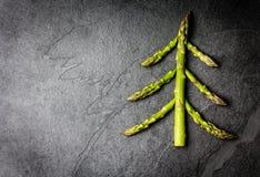 τρόφιμα μπουλεττών ανασκόπησης πολύ κρέας πολύ Χριστουγεννιάτικο δέντρο που γίνεται από την υγιή έννοια διακοπών σπαραγγιού Στοκ Εικόνες