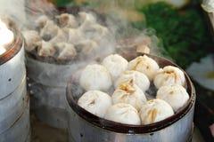 Τρόφιμα οδών - βρασμένες στον ατμό μπουλέττες στο Πεκίνο, Κίνα στοκ εικόνες με δικαίωμα ελεύθερης χρήσης