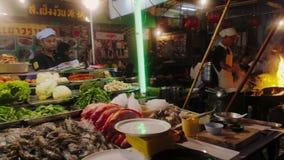 Τρόφιμα οδών κατά τη διάρκεια της αγοράς νύχτας στο δρόμο Yaowarat στο Chinatown της Μπανγκόκ, Ταϊλάνδη απόθεμα βίντεο
