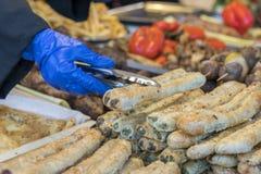 Τρόφιμα οδών ο πωλητής παίρνει patty Στοκ εικόνα με δικαίωμα ελεύθερης χρήσης