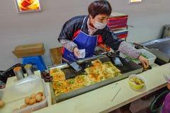 Τρόφιμα οδών στη στάση λεωφορείου από το μακροχρόνιο τρόπο από την πόλη hai shang στην πόλη yiwu στοκ εικόνες