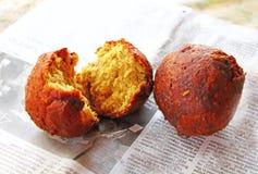 Τρόφιμα οδών Νότια Ινδία Τηγανισμένες σφαίρες μπανανών σε μια εφημερίδα Στοκ Εικόνες