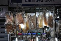 Τρόφιμα οδών σε Saigon, Βιετνάμ Κρεμώντας ψάρια στην αγορά Στοκ Φωτογραφία