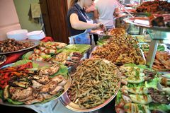 Τρόφιμα οδών στο Παλέρμο, Ιταλία με τις γαρίδες, τα καλαμάρια, τα χταπόδια και τα ψάρια τόνου Στοκ εικόνα με δικαίωμα ελεύθερης χρήσης