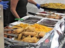 Τρόφιμα που εξυπηρετούνται κουβανικά στο φεστιβάλ οδών πόλεων Ybor στοκ εικόνα