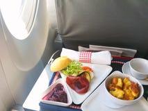Τρόφιμα που εξυπηρετούνται στο αεροπλάνο επιχειρησιακής κατηγορίας στον πίνακα Στοκ φωτογραφίες με δικαίωμα ελεύθερης χρήσης