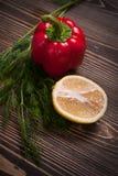 Τρόφιμα που προετοιμάζονται για την κατασκευή της σαλάτας Πιπέρι, λεμόνι, άνηθος Στοκ εικόνα με δικαίωμα ελεύθερης χρήσης