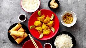 Τρόφιμα που τίθενται κινεζικά στον πίνακα πετρών απόθεμα βίντεο