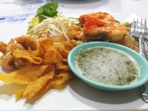 Τρόφιμα που τηγανίζονται στον πίνακα Στοκ Φωτογραφίες