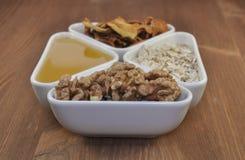 Τρόφιμα προγευμάτων: καρύδια, μέλι, φρούτα Εκλεκτική εστίαση Στοκ Εικόνες