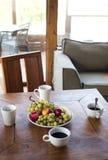 Τρόφιμα προγευμάτων φρούτων στο ξενοδοχείο θερινών διακοπών στοκ φωτογραφίες