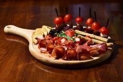 Τρόφιμα πρόχειρων φαγητών Κρέας και καναπεδάκια στον ξύλινο πίνακα στο μετρητή πρόχειρων φαγητών Χαράξτε τις γεύσεις στοκ φωτογραφίες με δικαίωμα ελεύθερης χρήσης