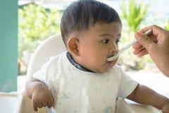 τρόφιμα σίτισης μωρών mom Στοκ Εικόνες