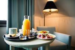 Τρόφιμα σε έναν πίνακα σε ένα δωμάτιο ξενοδοχείου Στοκ Φωτογραφίες