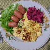 Τρόφιμα σε ένα πιάτο, τοπ άποψη Ομελέτα και λίγα μικρά λουκάνικα στοκ εικόνα με δικαίωμα ελεύθερης χρήσης
