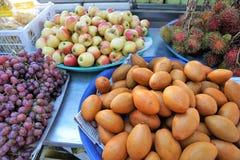 Τρόφιμα σε μια αγορά οδών koh στο νησί samui στην Ταϊλάνδη στοκ εικόνα