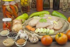 τρόφιμα σιτηρεσίου που πρ Φρέσκα ακατέργαστα λωρίδα και λαχανικά κοτόπουλου που προετοιμάζονται για το μαγείρεμα φρέσκος ακατέργα Στοκ εικόνα με δικαίωμα ελεύθερης χρήσης