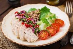 τρόφιμα σιτηρεσίου Στήθος κοτόπουλου με το φαγόπυρο και τα λαχανικά Στοκ Εικόνες