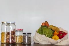 Τρόφιμα στα βάζα γυαλιού και επαναχρησιμοποιήσιμη τσάντα με τα παντοπωλεία Μηά απόβλητα, πλαστική ελεύθερη έννοια στοκ φωτογραφίες