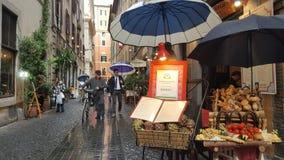 Τρόφιμα στην επίδειξη έξω από το εστιατόριο, Ρώμη, Ιταλία στοκ εικόνες