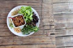 Τρόφιμα στον ξηρό πίνακα μπαμπού Στοκ Φωτογραφία